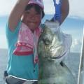 大きなガーラを釣り上げあた少女