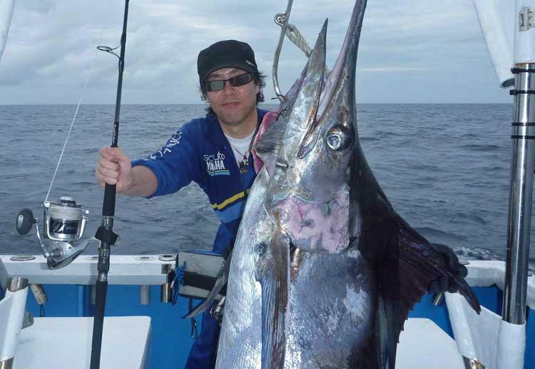 トロリングでヒットしてから4時間かけて釣り上げた1005kgのカジキ