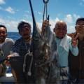 社員旅行で沖縄を訪れカジキを釣り上げた4人