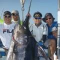 真中にトローリングで釣れた200kgのクロカジキ