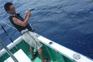 ジギングで魚を釣っている男