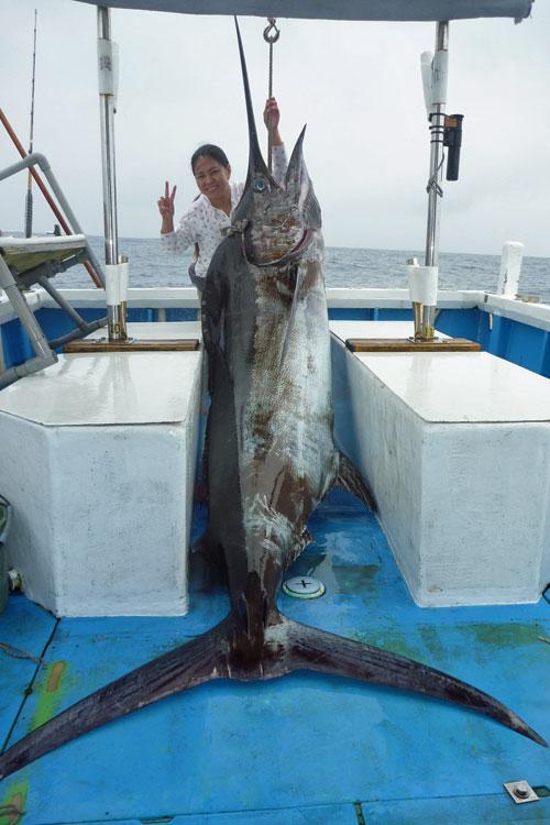 185kgカジキと釣り上げた女性