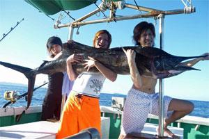 バショウカジキを釣り上げた若者