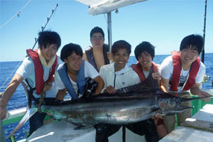 カジキを釣り上げた若者6人