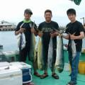 魚を持っている男達