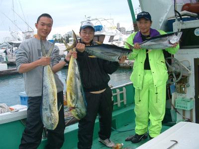 魚と皆で記念撮影