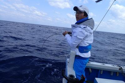 タイラバで魚と格闘中の高校生