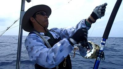 カジキを頑張って釣っている帽子の男性