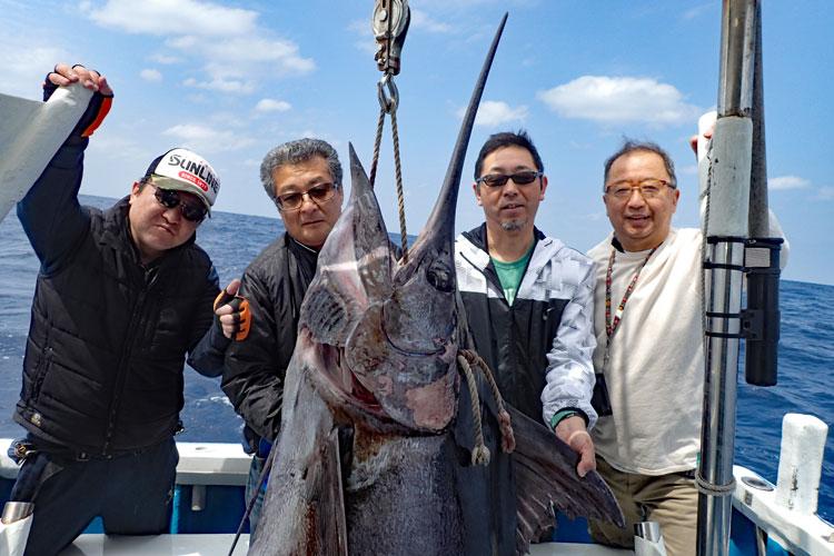 130kgのカジキと釣り上げた4人の男性