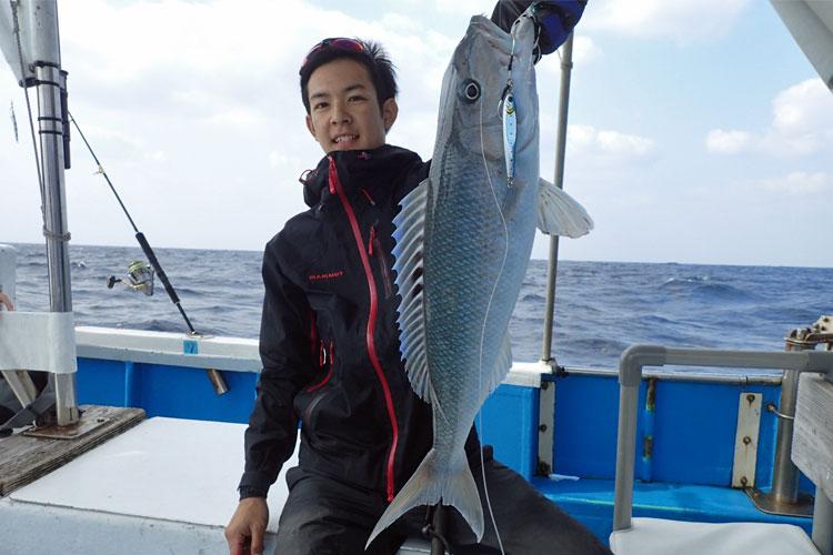 ジギングでアオチビキを釣った若い男性