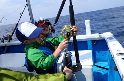 トローリングでスマガツオを釣っている小学3年生