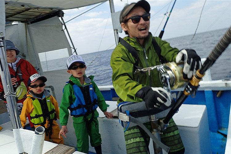 トローリングでサメと格闘しているお父さん