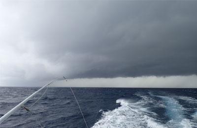 トローリング最中の海上に黒い雲