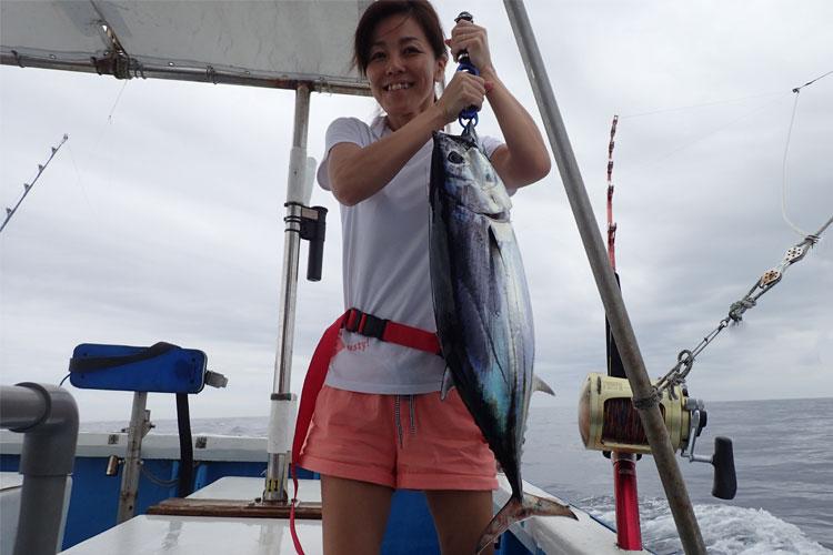 ダイバンカツオと釣り上げた女性
