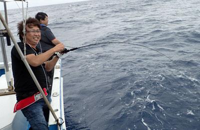 インチクで魚と釣り上げ中