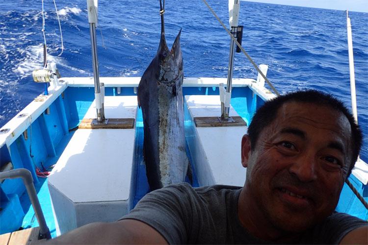クレーンズ沖縄、鶴丸の鶴巻船長と110kgのカジキ