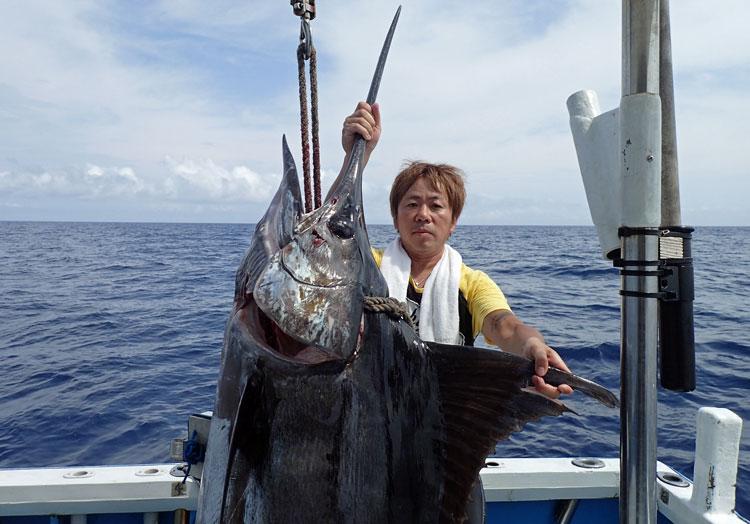 100kgのカジキの上半身と釣り上げた男性