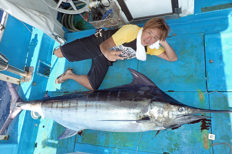 クレーンズ沖縄、鶴丸のトローリングjで釣れた100kgのカジキとアングラーの男性