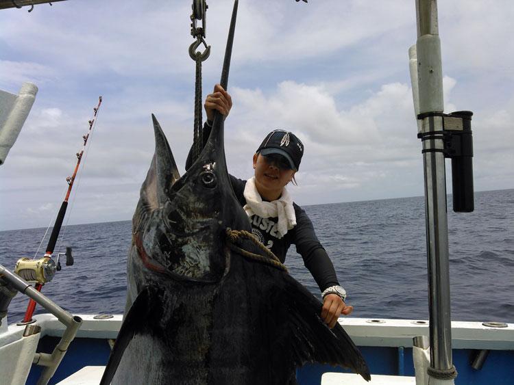 150kgのカジキの上半身と釣り上げた女性