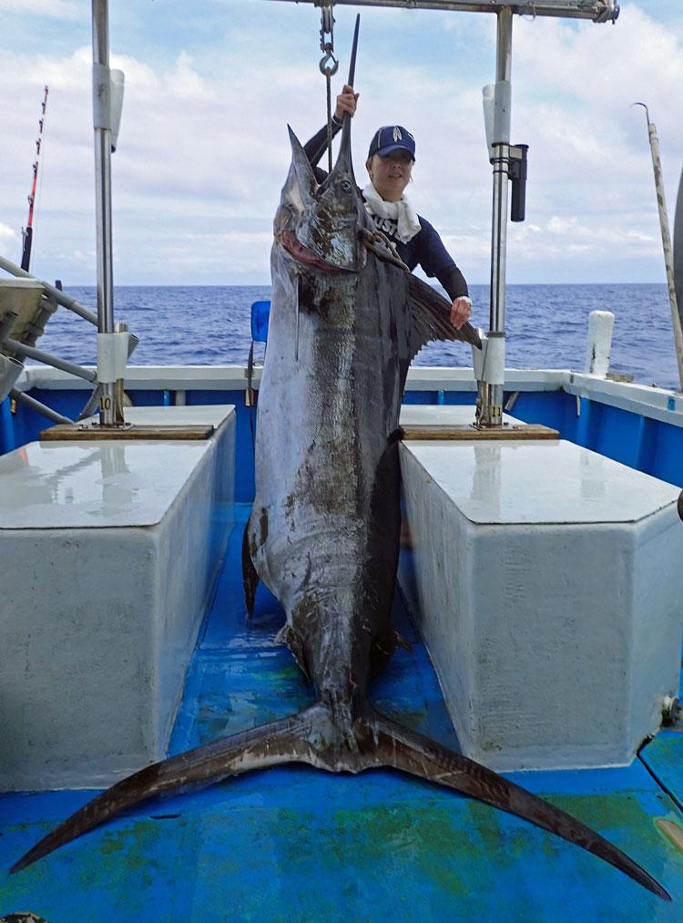 クレーンズ沖縄、鶴丸のトローリングで釣れた150kgのカジキとアングラーの女性
