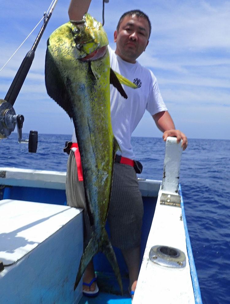 沖縄のトローリングで釣れたシイラと男性