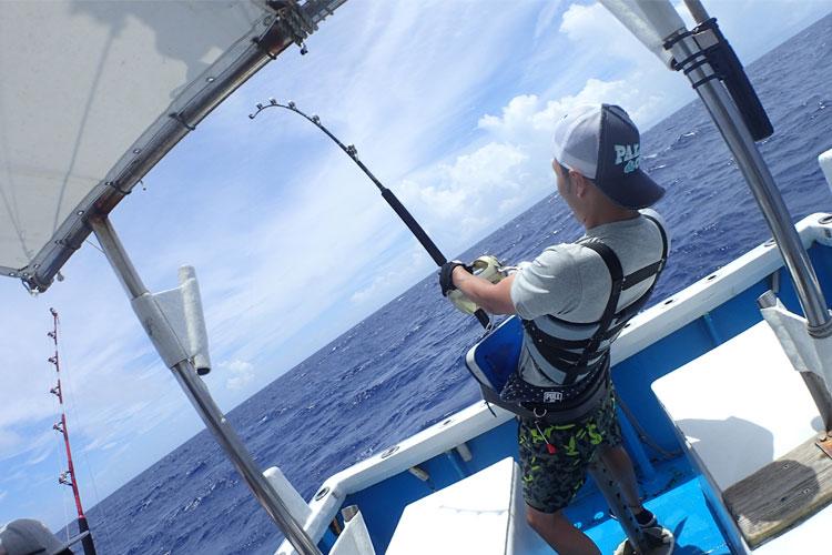 カジキ釣りをしている男