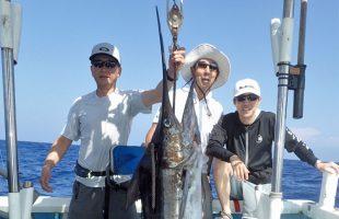 ブルーマーリンと釣り上げた3人の男達