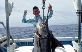 平成28年6月9日に沖縄で釣れたカジキとアングラーの男性