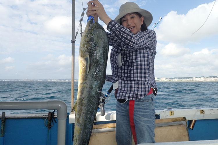 トローリングで釣ったシイラと女性