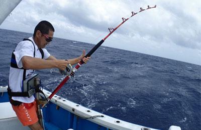 オキサワを釣っている男性