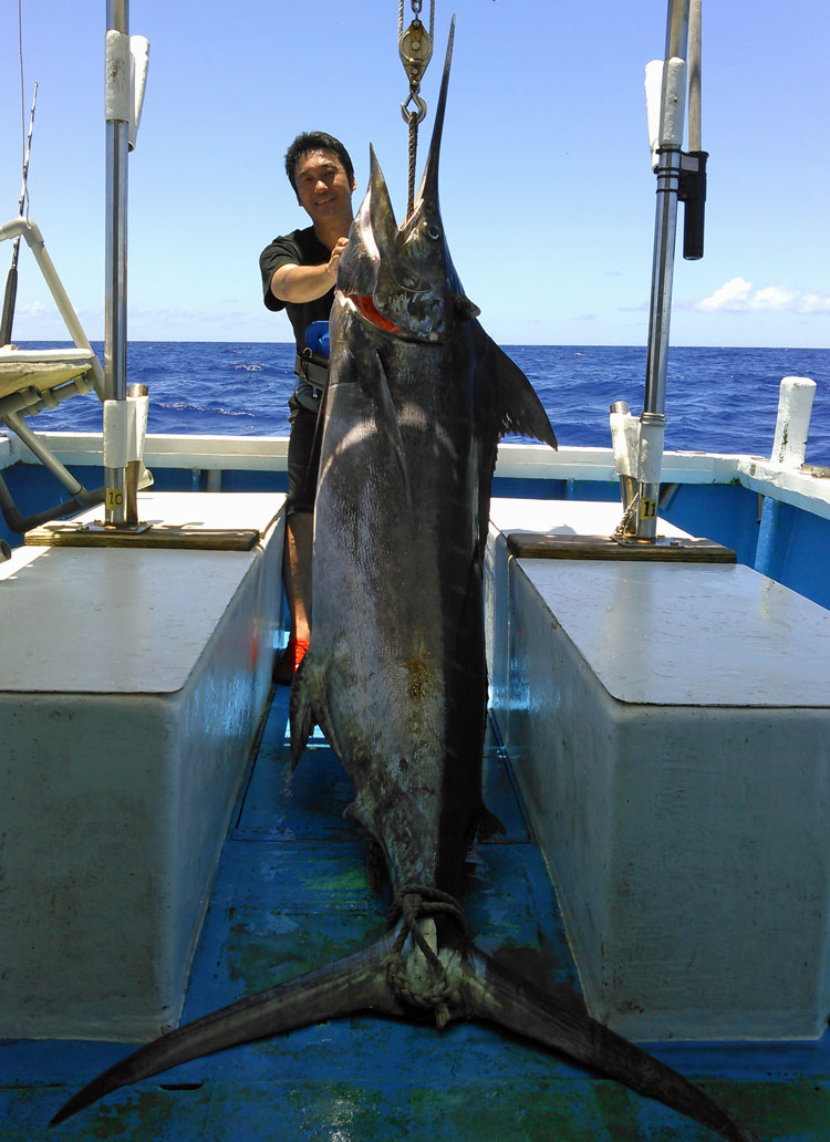 100kgオーバーカジキと釣り上げた男性