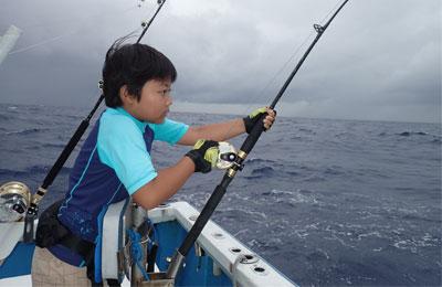 カツオを釣っている少年
