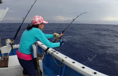 カツオを釣っている少女