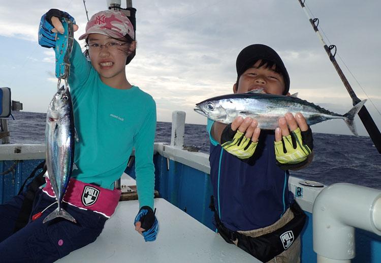 トローリングで釣れたカツオと少年&少女