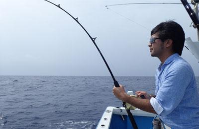 オキサワラを釣っている男性