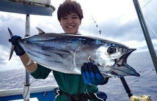 トローリングで釣れたダイバンカツオ7kgとアングラーの女性