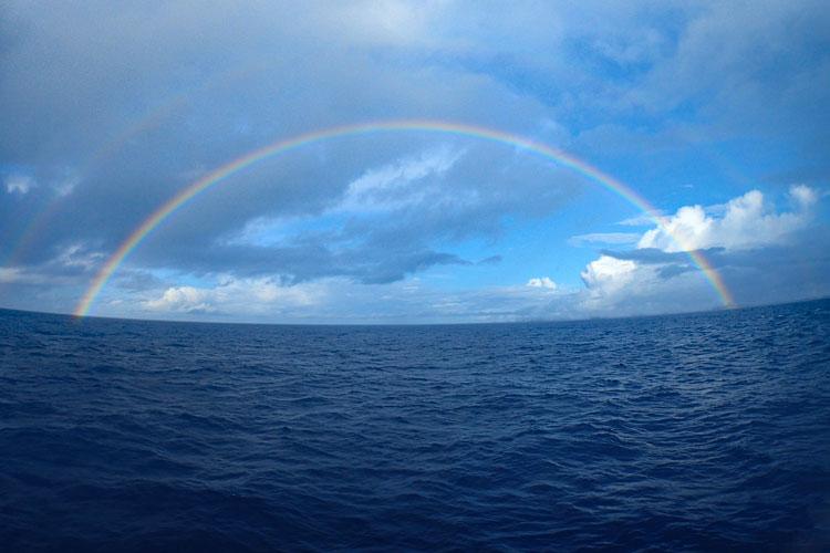 沖縄の釣りの最中にできた虹
