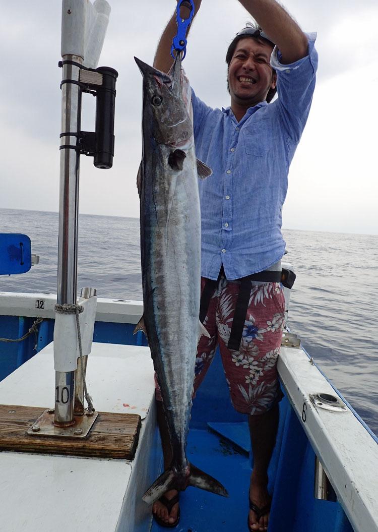 10kgのオキサワラと釣り上げた男性