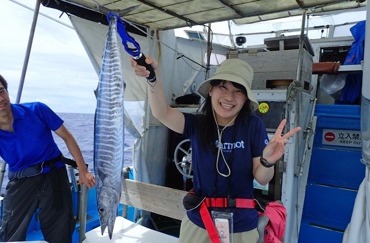 カマスサワラを釣り上げた女性