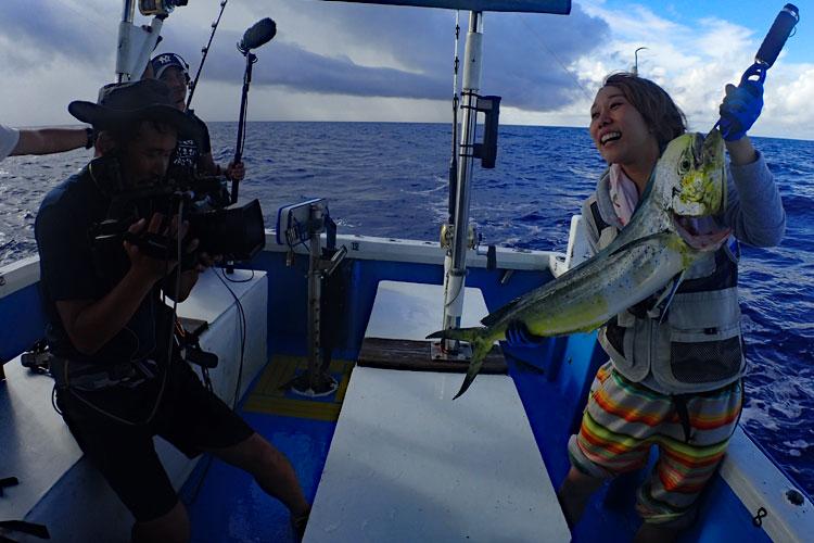 シイラを釣り上げた女性とカメラマン