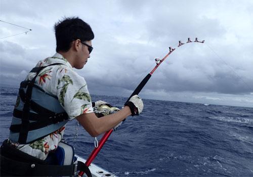 カジキ釣り中のサングラスの男