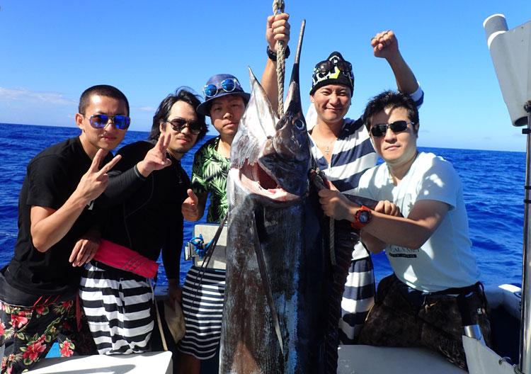 釣り上げたカジキと5人の男性