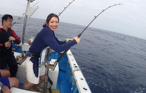 ライトトローリングで魚を釣っている女性