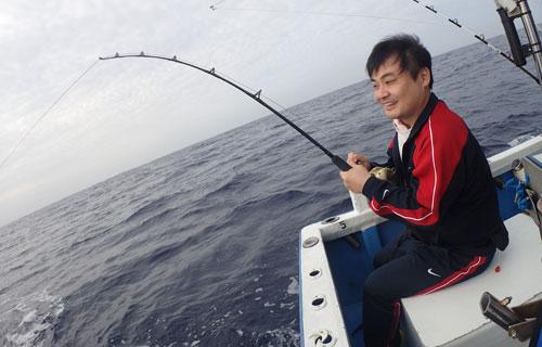 ライトタックルで釣っている男性