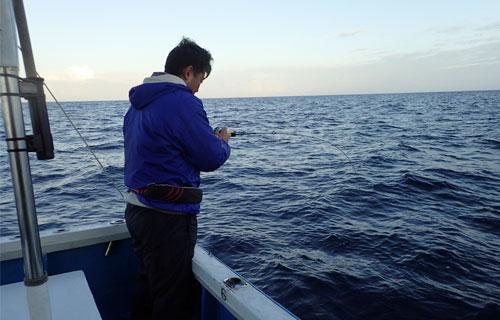 沖釣りで魚釣り中