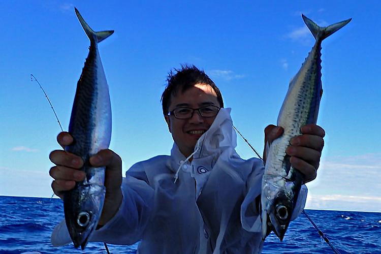 サバを二匹釣った男性