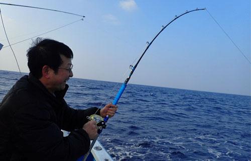 スマと釣っている男