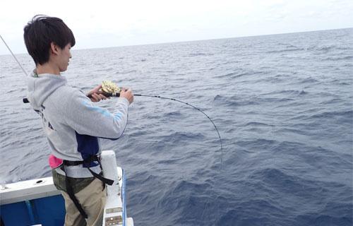 クレーンズ沖縄、鶴丸のジギングでカンパチを釣り上げている