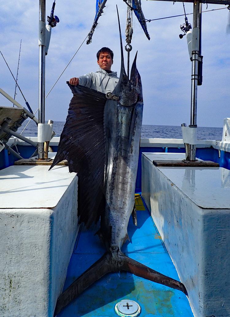 クレーンズ沖縄、鶴丸のジギングで釣った50kgのバショウカジキ