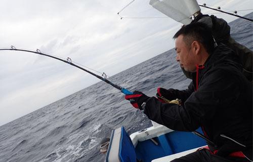 スマを釣っている男性